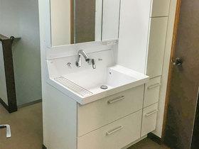 洗面リフォーム壁の寸法ぴったりに納めた洗面台と、今後に備えてリフォームしたトイレ
