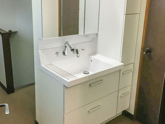 洗面リフォーム 壁の寸法ぴったりに納めた洗面台と、今後に備えてリフォームしたトイレ